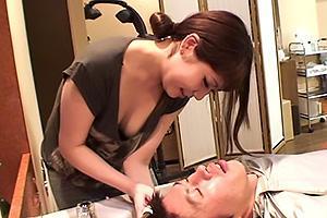 乳首が見えそうなセクシー美容師にフル勃起!肉棒を露出してフェラチオしてくれるお姉さん