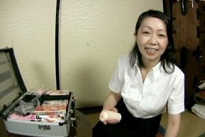 瀬戸志乃 熟女の訪問販売員がオナホールの実演してきた!男根をフェラなど熟練テクニックでイカされる