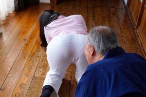 みひな ピタパン美尻からパン線浮きまくりの人妻に大興奮!爺さんちんぽをNTRイラマチオ