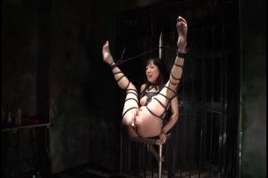 松田早紀 大開脚の体勢で拘束された美女!アナルに浣腸をぶち込まれオモチャ責めで鬼畜拷問