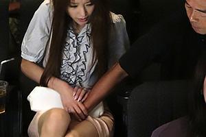 鈴木麻奈美映画館で痴漢されてしまうスレンダー美脚の人妻!興奮してしまいNTRちんぽをフェラ