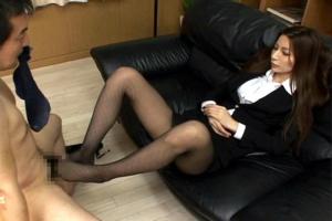 鈴木杏里 スーツ姿の長身モデルが黒パンスト美脚でちんぽを鬼責め!パンツ丸出しで足コキしちゃう