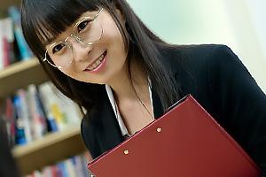 羽田希 美人なメガネの人妻女教師に催眠を掛け洗脳する!服を脱がされちんぽをフェラチオ