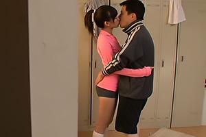 成宮ルリ スポーツ女子がおじさんちんぽを濃厚フェラチオ!口内射精したザーメンをごっくん
