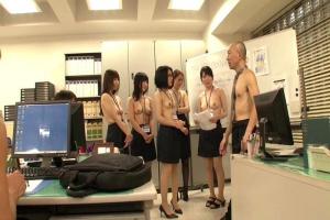 松嶋友里恵 ありえないボスの指示は月曜日はトップレス!上裸で勤務オフィスで性欲を刺激して社内性交!