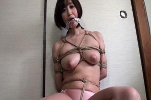篠田ゆうむっちり巨乳美女が後ろ手に縄で縛られ緊縛される