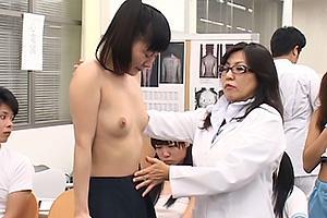 清楚な童顔JK達が羞恥全開の身体測定!人前で制服を脱がされパンツ半脱ぎで美尻まで露出