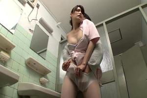 堀内秋美 患者にトイレで言い寄られてしまい断り切れず体を許すスレンダーな人妻ナース