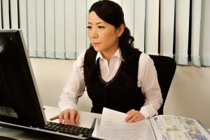 大石忍社長に言い寄られてしまう五十路熟女のOL!オフィスで犯されてしまいザーメンをぶっかけ