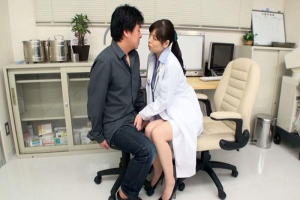 水城奈緒患者を誘惑する美人女医が密着しながら挑発手コキで射精に導く状況がバレたらヤバイ!
