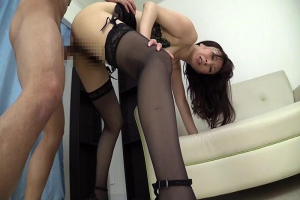 澤村レイコ ガーターベルトのセクシーな熟女をガニ股立ちバックでガン突き!ザーメンを大量中出し
