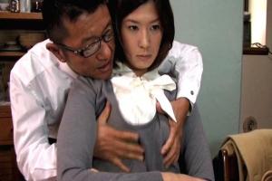 佐伯奈々 夫が浮気調査を依頼した探偵に弱みを握られる!脅迫されてNTRセックスしちゃう巨乳妻