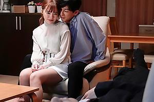 小倉由菜 寝ている夫の近くで幼馴染と不倫セックス!人妻まんこにNTRザーメンを中出し