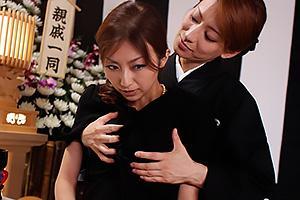 松本まりな 青木玲 喪服姿の嫁と姑が葬祭場でレズ行為!激しいディープキスに完堕ちする未亡人