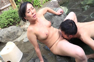 中山香苗 女手一つで育ててくれた美熟女のお母さんと温泉旅行!お風呂で近親相姦してしまう