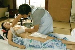 城エレン垂れ乳熟女が訪問介護士におマンコをクンニやおっぱいでパイズリした後に男根を挿入される