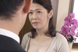 松島香織 巨乳熟女が玄関でザーメン絞り出す!乳首舐め手コキフェラやパイズリで口内射精してしまう