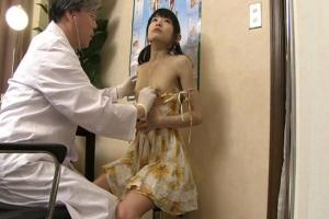 初芽里奈 ツインテールのロリ顔美少女にセクハラする変態医者!パイパンまんこに肉棒挿入で中出し