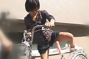 小坂めぐる サドルにバイブが固定されたアクメ自転車にノーパンで跨り露出散歩するお姉さん