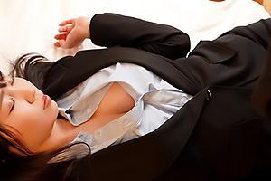 夢乃あいか酔っぱらって無防備な姿を晒す巨乳の女上司に欲情!黒パンストを剥ぎ取りNTRセックス