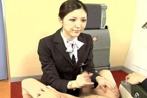 桜沢まひる 沢井真帆 お客様を丁寧な手コキ&フェラしておもてなしの性交エララインで巨乳CAが今日もサービス