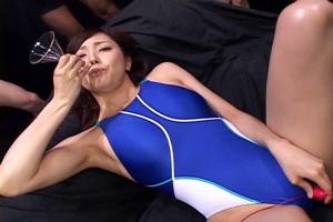 真白希実 競泳水着を着衣した美人水泳インストラクター!口の中に流し込んだザーメンをごっくん