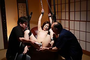 佐々木あき旦那一族に拘束され玩具責めと手マンで潮吹き連続絶頂させられる美人妻