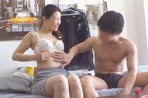 大宮涼香 熟女の家政婦が年下チンポで乱れまくる!騎乗位で喘ぐおばさんに中出し膣内射精