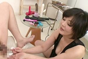 円城ひとみ 巨乳熟女が目隠しされたM男に乳首舐め手コキや尻穴に器具を入れて痴女る