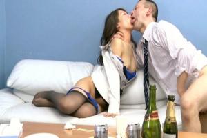 青木美空 酔った流れで同僚に寝取られる美人フィアンセ!婚約者がそばにいるのに他人棒が拒否できない…