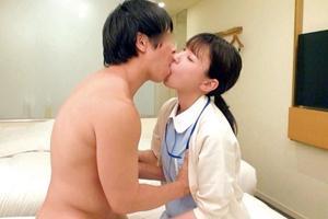 竹内夏希 かわいい美女の看護師が童貞チンポを筆おろし!おマンコに挿入して中出し膣内射精