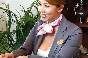風間ゆみ ホテルで働く爆乳熟女がクレーム処理!黒パンストを脱がされお客さんちんぽをフェラチオ