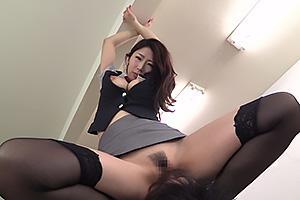 篠田あゆみ エロすぎる巨乳痴女の顔面騎乗炸裂!カニばさみロックされザーメンを強制中出し