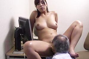 西条沙羅 巨乳人妻が老人にクンニされ感じてしまう!男根を後ろから挿入され喘ぐむっちりおばさん