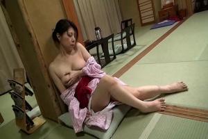 杉本美奈代 巨乳熟女のカラダが疼く温泉旅館で母と息子がチンポ握って近親相姦生ハメで息子が旅勃ち