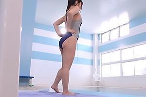 あかり(25) 競泳水着姿のパイパン素人娘に媚薬を投与!プールで発情させられアへ顔絶頂
