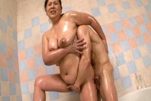 田中ますみぽっちゃり垂れパイなお母さんとお風呂でヌルヌル近親相姦