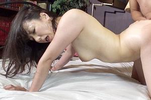 加藤あやの 巨乳熟女が中出しセックス!肉棒の快感で体を反らせるほど感じてしまう美女
