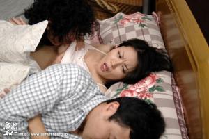 佐藤みき 旦那の弟に寝取られる美巨乳美人妻!熟睡中の夫の横で大胆不倫えっち