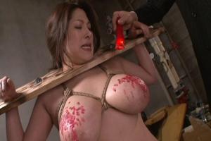 白鳥寿美礼むちむちなJカップ爆乳熟女囚を縛り拷問!デカ尻を鞭で叩かれヒィヒィ!