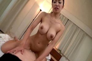 小早川怜子 巨乳母が息子チンコに興奮し性行為をお願い中出しされちゃう