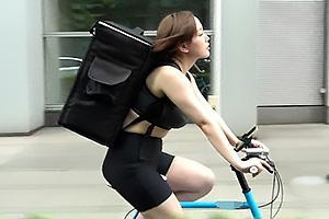 田中ねね 自転車でデリバリーにやって来たスポーティーな爆乳女子!肉棒をフェラしちゃう神サービス