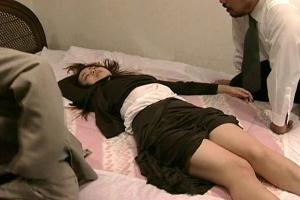 【ヘンリー塚本】泥酔した女に卑猥な行為をして弄ぶ男達!服を剥ぎ取り鬼畜レイプする