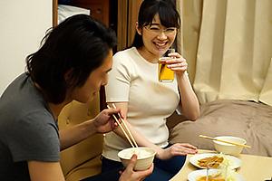 新川愛七 エッチなカラダした巨乳人妻がひとり暮らし大学生宅で一泊!コンドームひとつでどこまでヤルか?