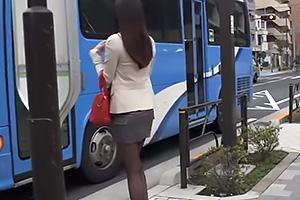 通野未帆バスに乗り込む黒パンスト美脚のお姉さん!ショタ男達にイタズラされて感じちゃう