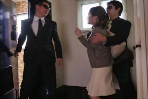 篠田ゆう 家に押し入って来た男達に犯されてしまう巨乳妻!衣服を剥ぎ取られNTRレイプ