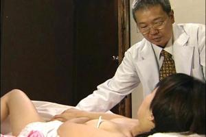 【ヘンリー塚本】母も娘も医者のチンポにむしゃぶりつく濃厚フェラして中出しまんこを水で洗う生々しいSEX