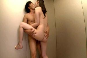 辰巳ゆい閉じ込められたエレベーターで誘惑の接吻痴女が全裸で腰振りまくってベロちゅう交尾