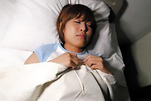 紗藤まゆ入院中のボーイッシュ女性患者が夜這いレイプされ中出し乱交SEX