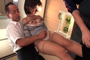 目隠し緊縛された美人妻を夫の前でNTR調教!パンストを下げられ股間を電マで凌辱される